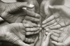 Руки семьи крупного плана совместно на предпосылке осени стоковая фотография rf