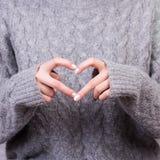 Руки сердца выставки женщины Стоковая Фотография RF