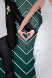 Руки сердца форменные жениха и невеста на свадьбе Стоковая Фотография RF