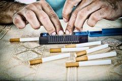 руки сигарет делая человека Стоковые Фотографии RF