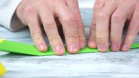 Руки складывая поднимающее вверх origami близкое видеоматериал