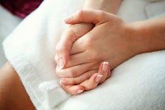 Руки сложенные в замке Стоковые Изображения
