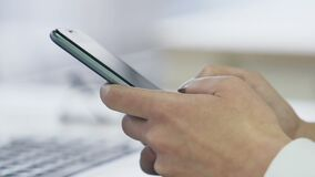 Руки сообщения дамы печатая на современном smartphone, техники связи акции видеоматериалы