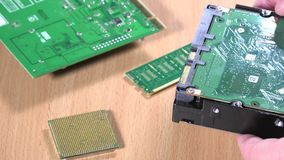 Руки специалисту по ИТ рассматривая компонент жесткого диска компьютера видеоматериал