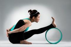 Руки спортсмена фитнеса на заднем усаживании Стоковые Изображения RF