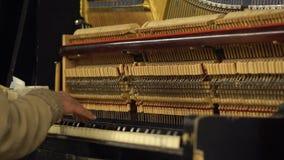 руки старика в рояле метро подземном играя с раскрытыми строками и молотками og механизма видеоматериал