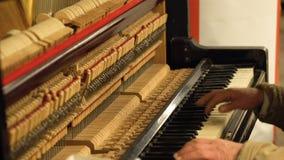 руки старика в рояле метро подземном играя с раскрытыми строками и молотками og механизма сток-видео