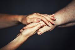 Руки старой и молодой женщины Стоковое Фото