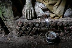 Руки старой статуи Будды в темной пещере Стоковое Фото