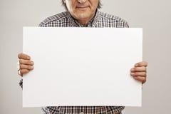 Руки старшего человека держа картон Стоковое Изображение