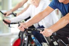 Руки старших людей в спортзале Стоковые Фотографии RF