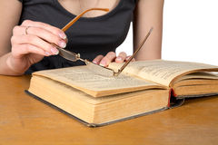 руки стекел девушки книги раскрыли сверх стоковые изображения