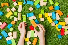 Руки строя от блоков цвета деревянных Стоковое Изображение RF