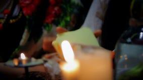 Руки студента ведьмы шаркая карточки tarot, sortilege и атрибуты волшебства видеоматериал