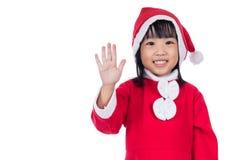 Руки счастливой азиатской китайской маленькой девушки santa развевая Стоковые Фотографии RF