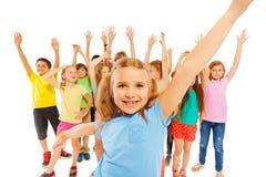 Руки счастливой девушки поднимаясь с друзьями дальше назад Стоковая Фотография
