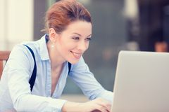 Руки счастливой женщины отдыхая на клавиатуре, смотря на экране компьтер-книжки компьютера Стоковая Фотография
