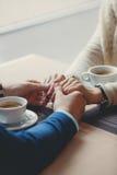 Руки счастливых любящих пар в ресторане Стоковые Фотографии RF
