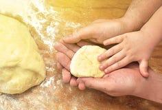 Руки сына отца и младенца Стоковые Фото