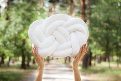 Руки с белой подушкой узла Стоковое фото RF