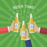 Руки с бутылкой пива Стоковое Изображение
