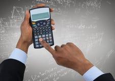 Руки с калькулятором против белых doodles математики и серой предпосылки Стоковые Фото