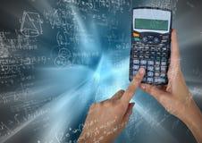 Руки с калькулятором против голубой нерезкости движения с математикой doodles Стоковые Фотографии RF