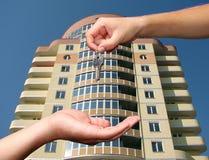 Руки с ключом Стоковое Фото