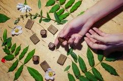 Руки с кольцами, runes и мятой стоковые фото