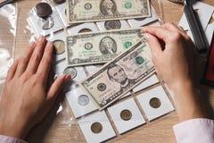 Руки с комплектом долларов в карманн Стоковое Изображение