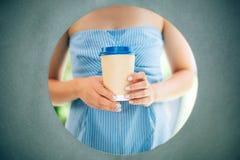 Руки с кофейной чашкой маникюра и ремесла стоковое фото rf