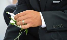 Руки с кольцом стоковые фотографии rf