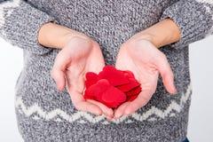 Руки с красными сердцами Стоковые Фото