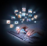 Руки с клавиатурой портативного компьютера. стоковая фотография rf