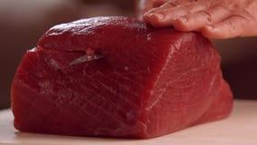 Руки с мясом вырезывания ножа видеоматериал