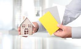 Руки с домом и образцами, внешним дизайном Стоковые Изображения RF