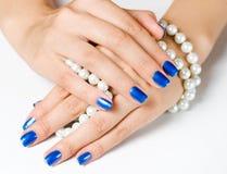 Руки с перлой стоковая фотография