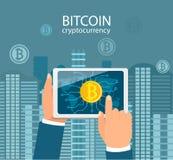 Руки с таблетками с символом bitcoin Стоковое Изображение RF