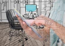руки с чертежом таблетки на ем новые линии и перекрытие офиса с этим в комнате которая идет Стоковое Изображение RF