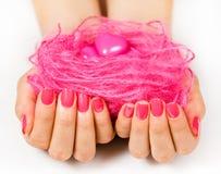 Руки с шариком резьбы стоковое фото