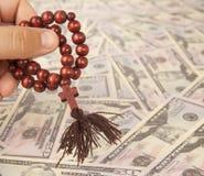 Руки с rosary Стоковые Фотографии RF