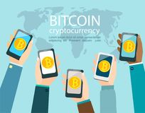 Руки с smartphones с символом bitcoin Стоковые Фото