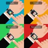 Руки с smartwatch и непрочитанным сообщением Стоковое Фото
