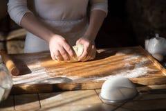 руки теста хлебопека замешивая Стоковое Изображение RF