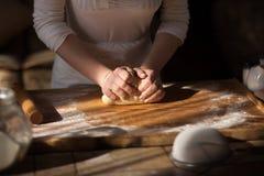 руки теста хлебопека замешивая Стоковое Изображение