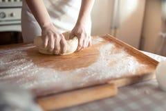 руки теста хлебопека замешивая Стоковые Фотографии RF