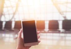 Руки телефон обнесенное решеткой места в суде с пустым экраном космоса экземпляра, Fe Стоковая Фотография RF