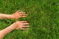 руки травы Стоковые Фотографии RF