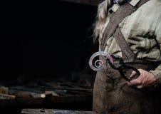 Руки удерживания кузнеца выковали продукт Стоковые Изображения RF