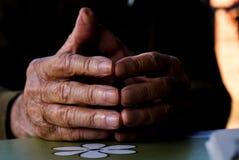 руки укомплектовывают личным составом старую Стоковая Фотография RF